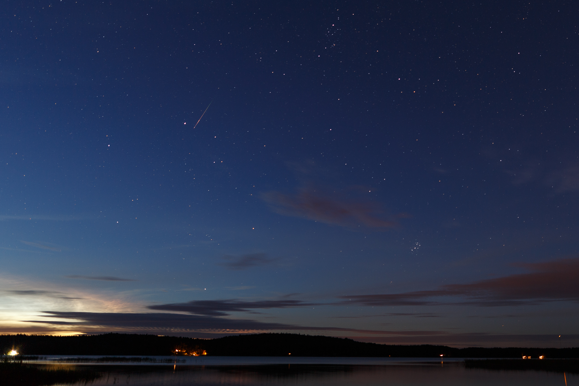 Tämä on Capella-tähteä ohittava meteori on selvästi Perseidi, se tulee oikeasta eli Perseuksen tähtikuvion suunnasta.